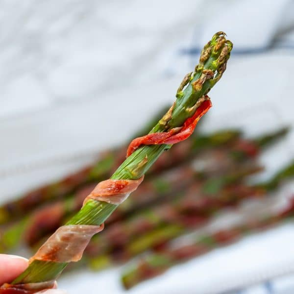 This prosciutto wrapped asparagus recipe is a super easy appetizer recipe that's perfect for Thanksgiving and holiday parties. It's an easy prep-ahead recipe that's very food allergy-friendly!